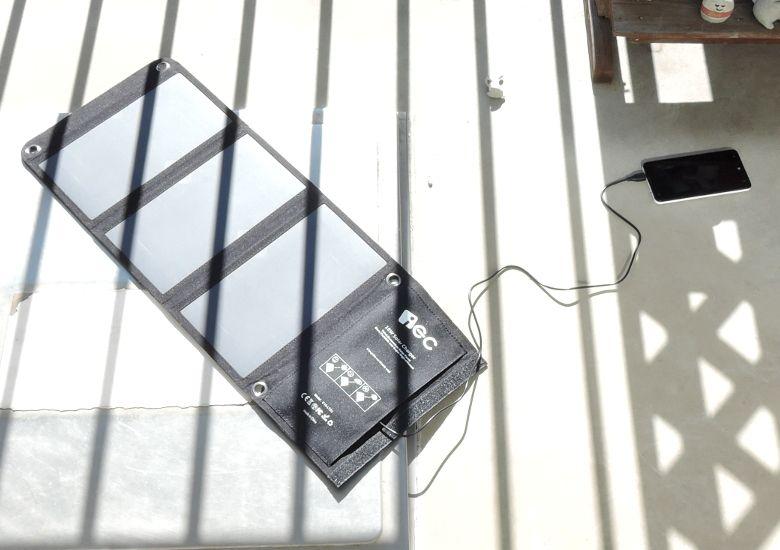 EC Technology USBソーラーチャージャー 屋外で充電
