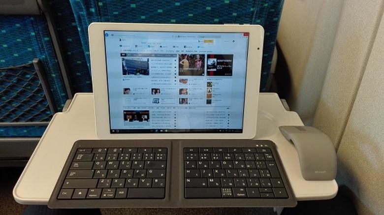 Teclast X98 Plus 3G 新幹線のテーブルで