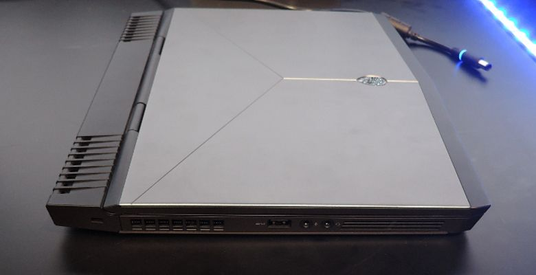 DELL Alienware 13 左側面