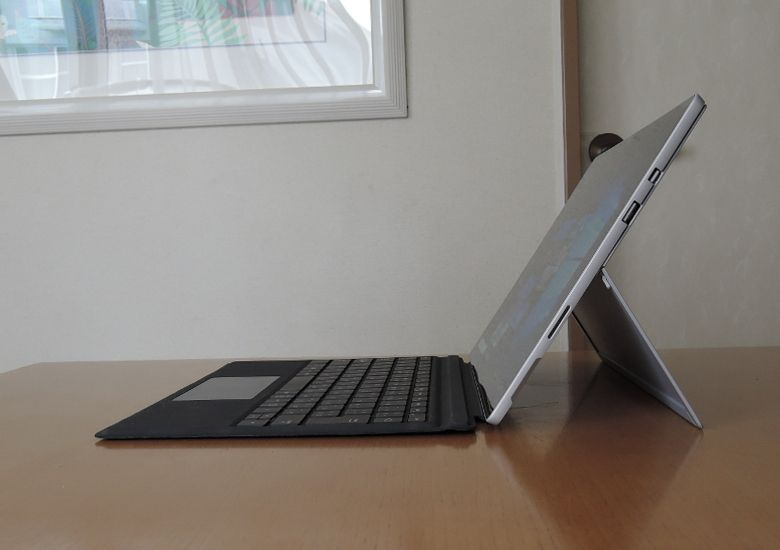 Microsoft Surface Pro(2017) 側面2