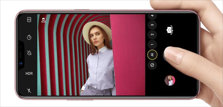 廉価ながらデュアルレンズカメラを搭載。ただしAI関連の機能は大幅に削除されている。