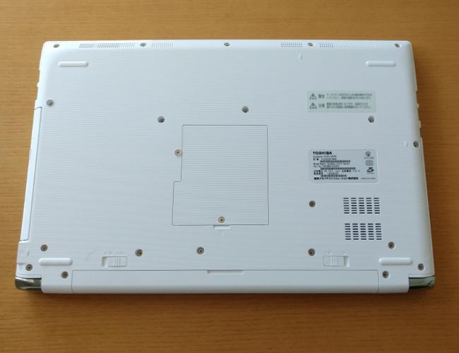 東芝 dynabook AZ65/G 底面