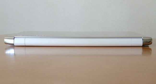 東芝 dynabook AZ65/G 背面