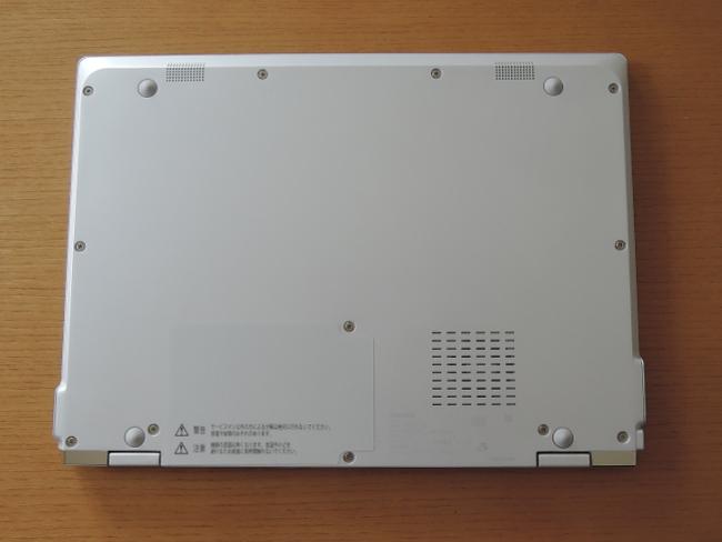 東芝 dynabook VZ82/F 底面