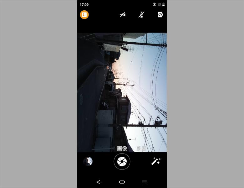 標準カメラUI。非常にシンプルすぎる構成